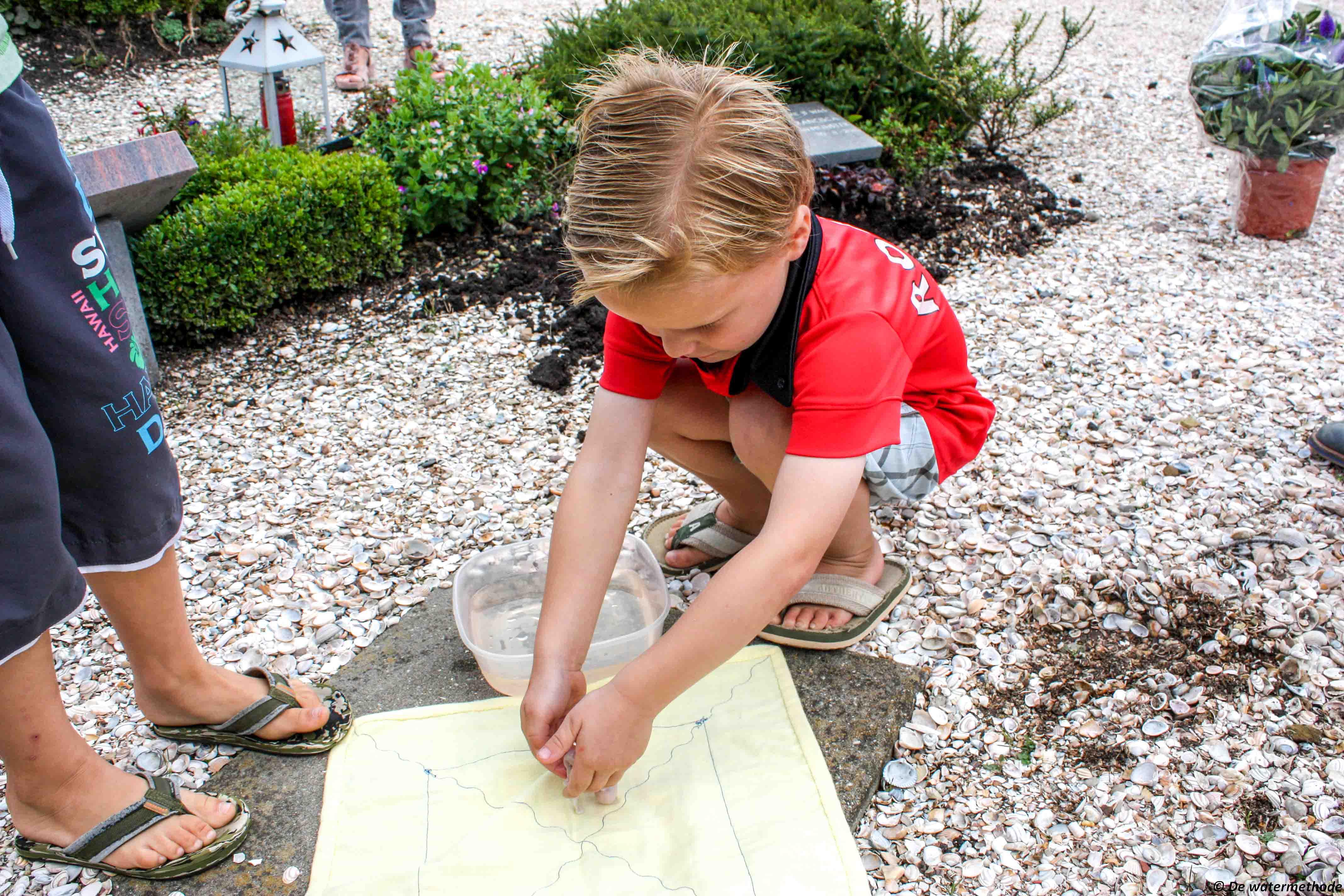 Kinderen kunnen helpen met het baby'tje te begraven.